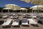 Anteprima spiaggia ombrelloni bianchi Nicolaus Club Otium Resort