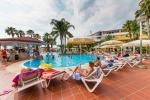Anteprima piscina con zona solarium Nicolaus Club Cormorano