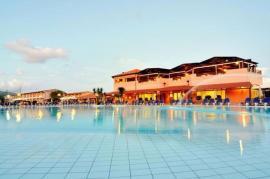 La piscina del Villaggio Nicotera Beach
