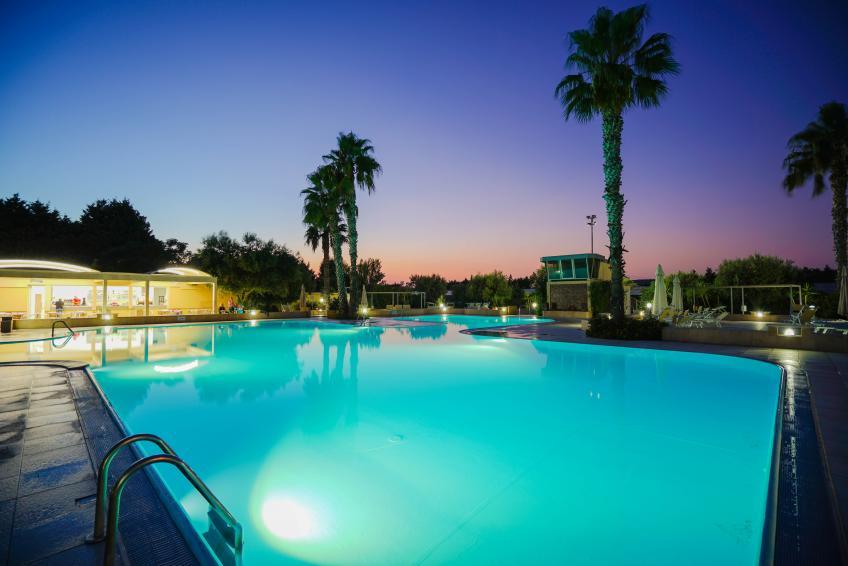 piscina di sera nicolaus club la giurlita