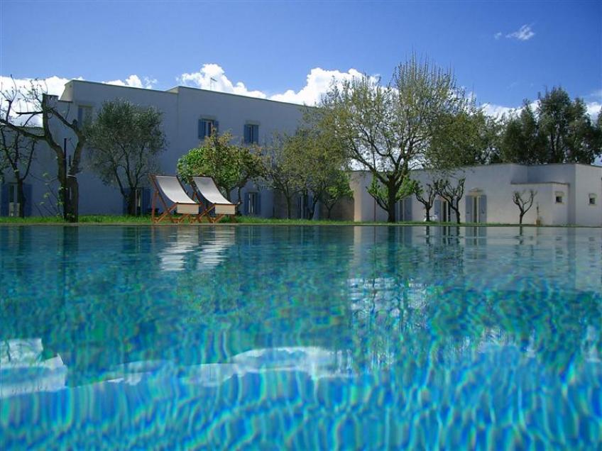 vista della masseria e della piscina