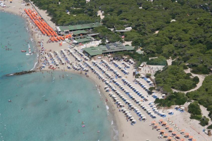 vista aerea spiaggia attrazzata Robinson Club Apulia