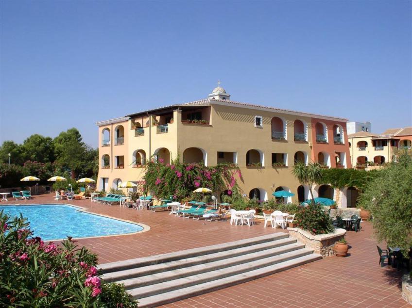 piscina e area solarium Nicolaus Club Torre Moresca