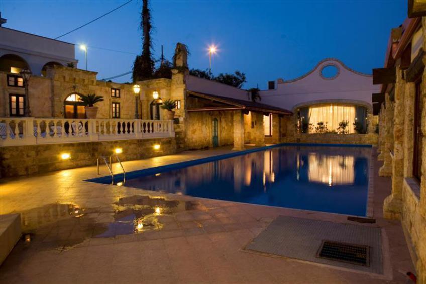 vista della piscina e della struttura in notturna